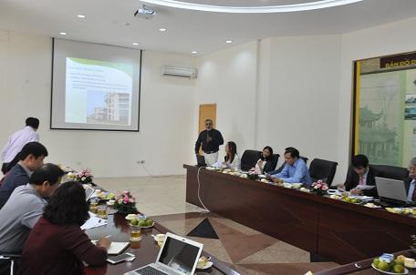 Ông Kapil Chaudhery trình bày tham luận về tích hợp thiết kế tiết kiệm năng lượng trong nhà ở cho người thu nhập thấp