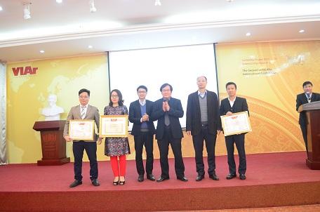 Lãnh đạo Viện KTQG tặng bằng khen cho cán bộ có thành tích xuất sắc