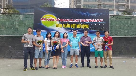 Viện trưởng Đỗ Thanh Tùng chụp ảnh kỷ niệm với hai đôi giành giải