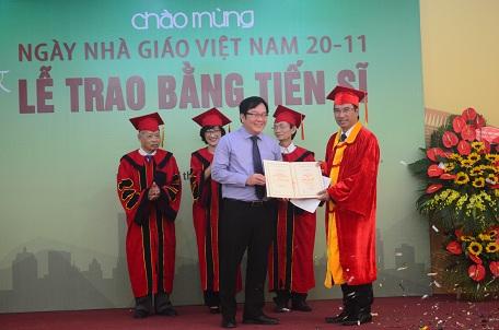 NCS Ngô Trung Hải nhận bằng Tiến sĩ từ Viện trưởng Đỗ Thanh Tùng