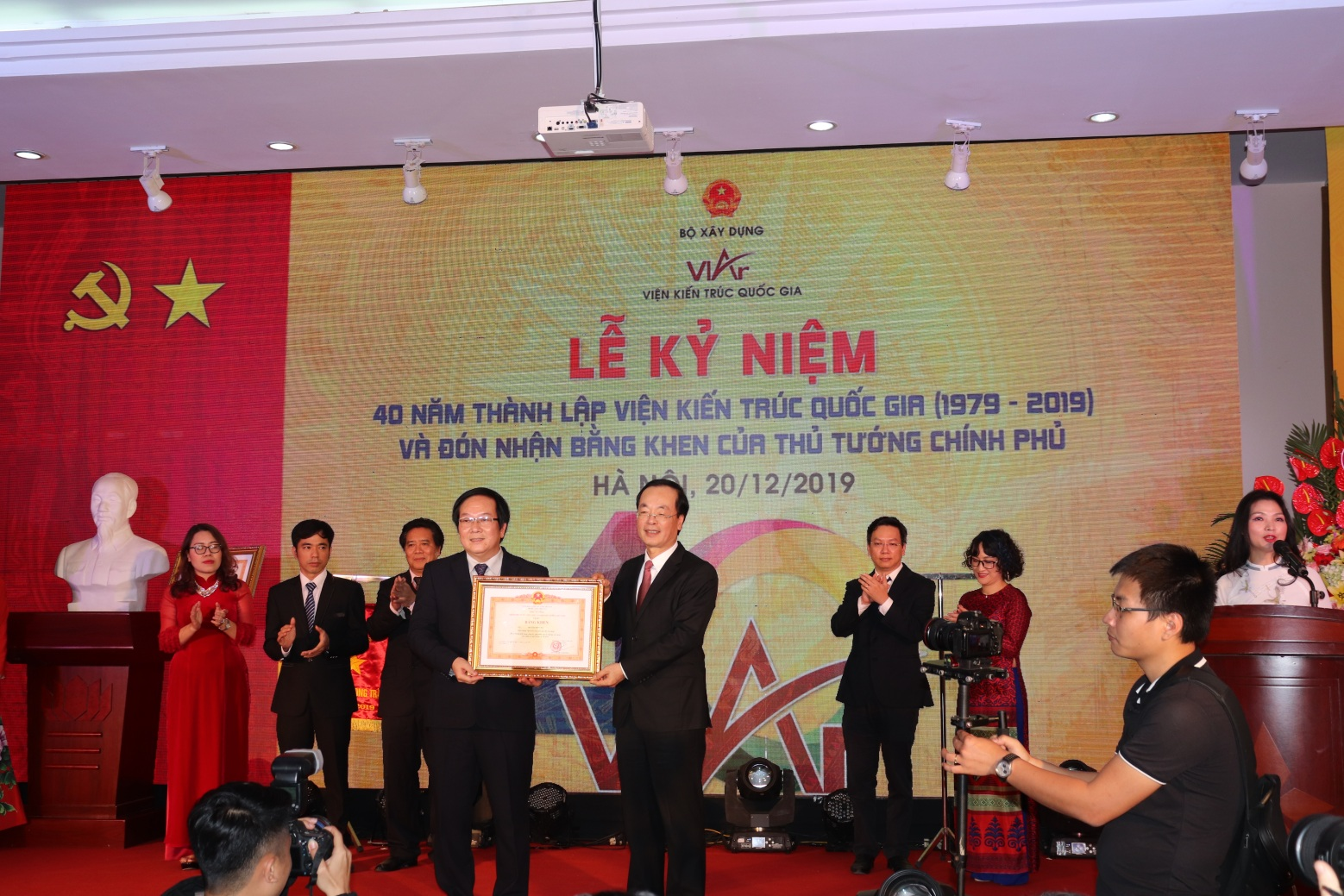 Thừa ủy quyền của Thủ tướng Chính phủ, Bộ trưởng Phạm Hồng Hà trao Bằng khen của Thủ tướng Chính phủ cho Viện Kiến trúc Quốc gia và cá nhân Viện trưởng Đỗ Thanh Tùng.