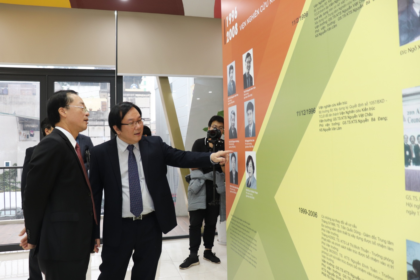Bộ trưởng Phạm Hồng Hà tham quan khu trưng bầy Lịch sử hình thành Viện Kiến trúc Quốc gia.