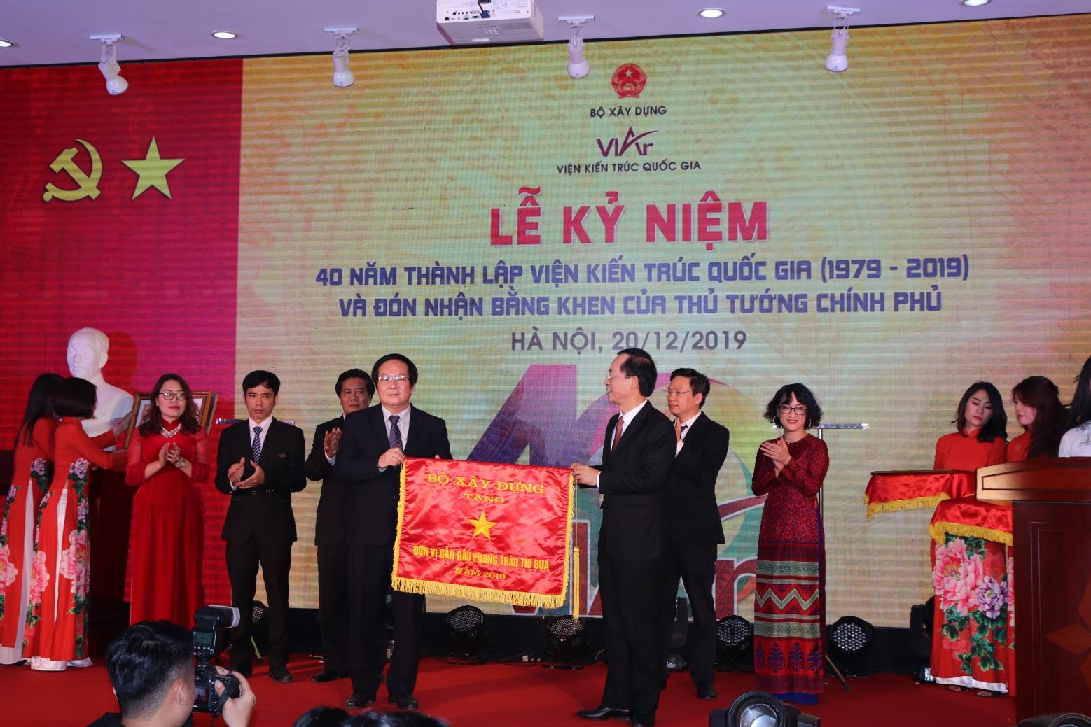 Bộ trưởng Phạm Hồng Hà tặng cờ thi đua của Bộ Xây dựng cho Viện Kiến trúc Quốc gia