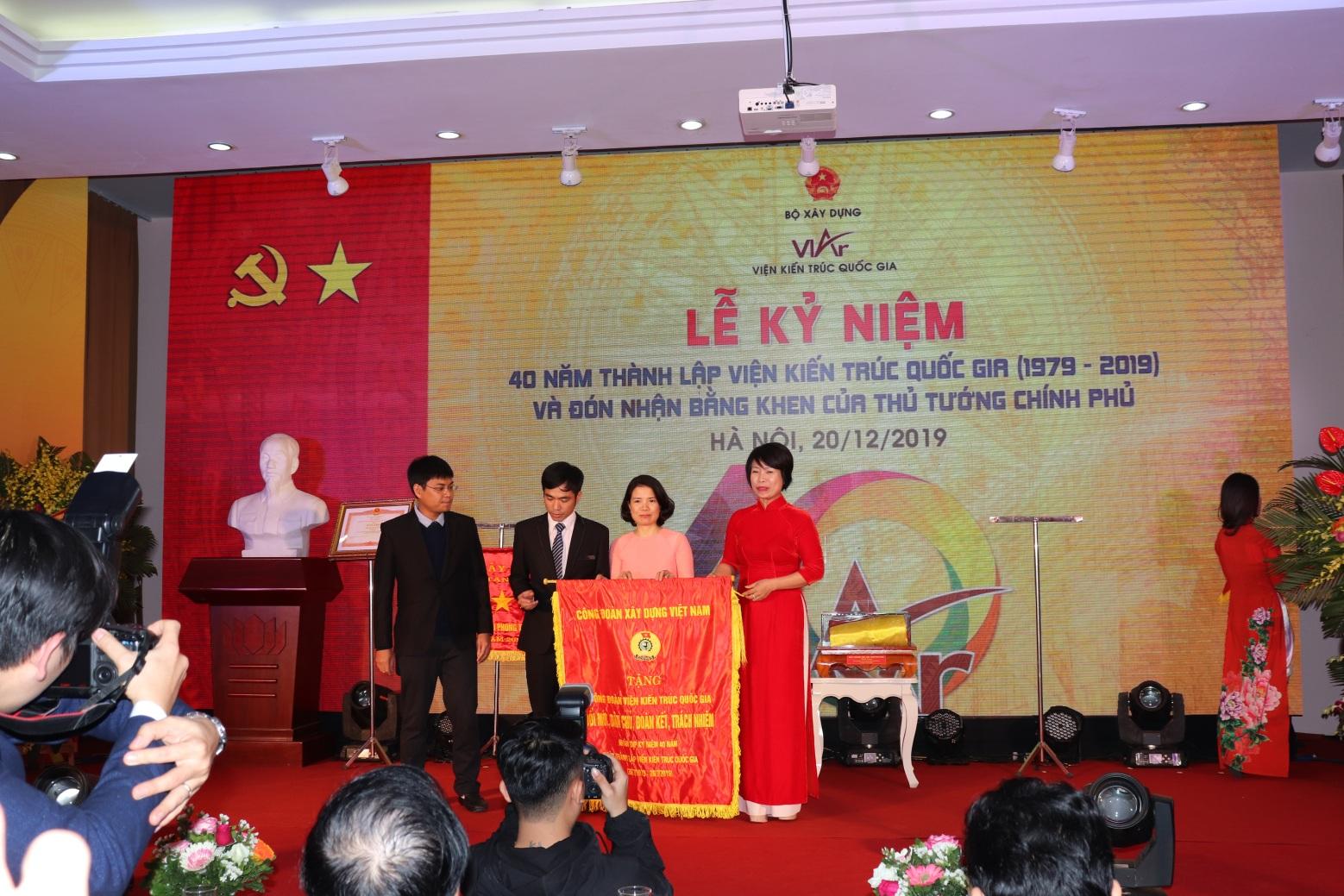 Công đoàn Xây dựng Việt Nam tặng cờ thi đua cho Viện Kiến trúc Quốc gia