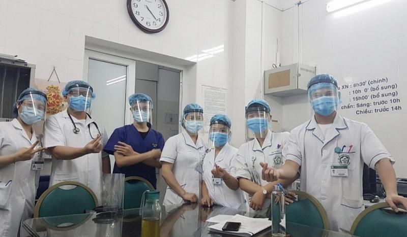 Đội ngũ nhân viên y tế Viện tim mạch, Bệnh viện Bạch Mai trong trang phục chống Covid-19 cùng những chiếc mặt nạ được nhóm của chị Tâm trao tặng