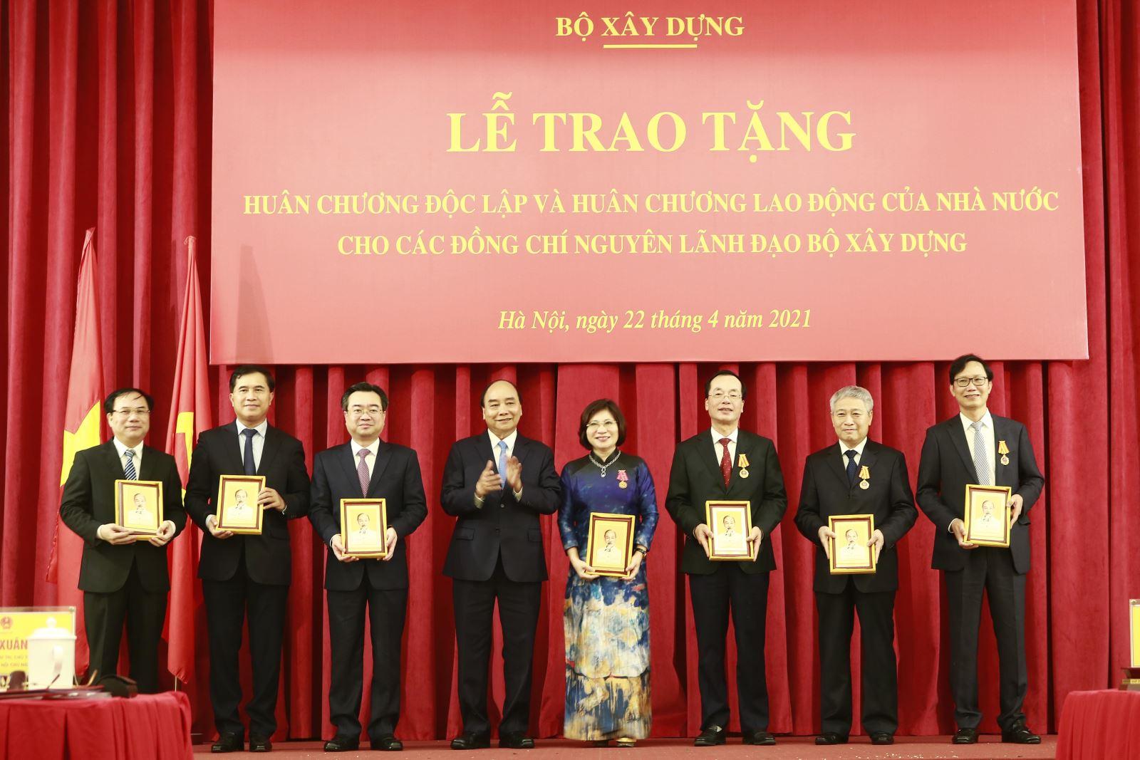 Chủ tịch nước Nguyễn Xuân Phúc trao tặng Huân chương Độc lập và Huân chương Lao động cho các đồng chí nguyên lãnh đạo Bộ Xây dựng